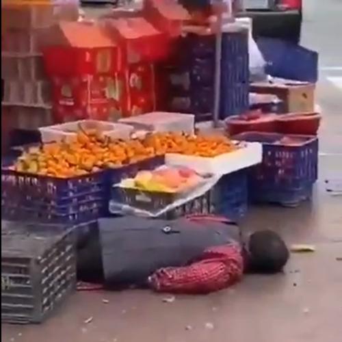 八百屋の店先で倒れた女性